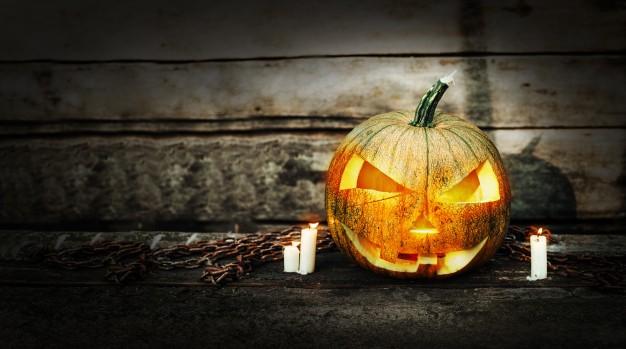 tete-citrouille-halloween-bougies-allumees_114311-285
